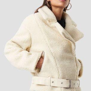 """Säljer """"Teddy"""" jacket från NAKD. Strl 42, blir inte så jätte oversized, utan mer får plats med en hoodie under!"""