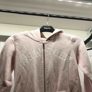 Fin hoodie från hm! Används tyvärr inte och säljer därför den! Skriv om du är intresserad, du står för frakt!💕💘💖💗💓💞💝