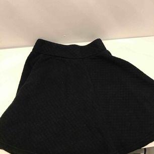 Superfin rutmönstrad kjol iint skick, knappt använd och säljer därför! Skriv om du är intresserad, du står för frakt!💕💘💖💗💓💞💝