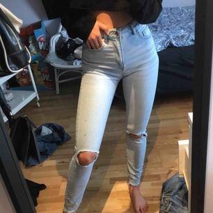 Ljusa jeans sitter så snyggt tre fläckar som inte går bort (bild 3) därför säljs byxorna så billigt