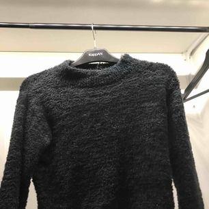 Säljer den här supermysiga tröja, med lite silvrig glitter i. Den är ifrån hm. Nypris ca 200kr. Bra skick! Skriv om du är intresserad, du står för frakt!💕💘💖💗💓💞💝