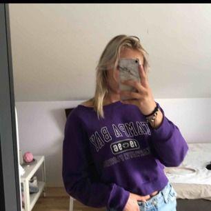 Lila croppad hoodie med tryck😍😍