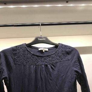 Fin marinblå tröja med spetsdetalj upptill, ganska bra skick.