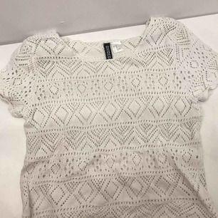 Jättegullig spets/stickad t-shirt ifrån H&M. Knappt använd och i bra skick. Skriv om du är intresserad, du står för frakt!💕💘💖💗💓💞💝