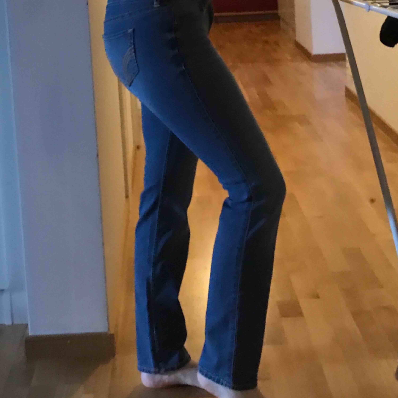 Low Rise skinny jeans från Hollister. Köpta i USA för 600kr men aldrig använda. Jätte fina jeans, men är för små för mig. Skulle säga att de passar XS-S. Perfekt längd för mig som är 161. Pris kan diskuteras 💕. Jeans & Byxor.