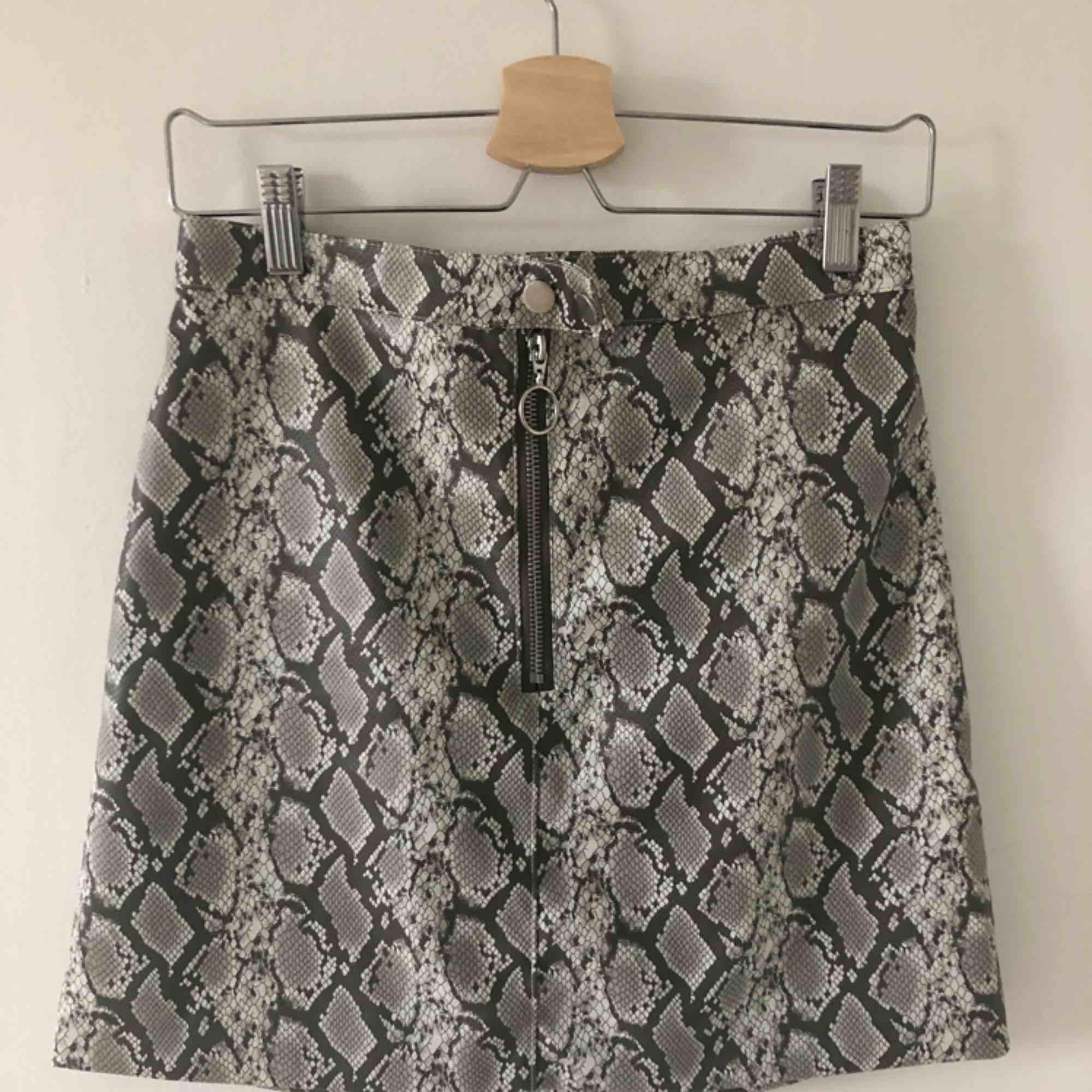 Kort kjol från hm i snakeprint i storlek 38, frakt tillkommer. Kjolar.