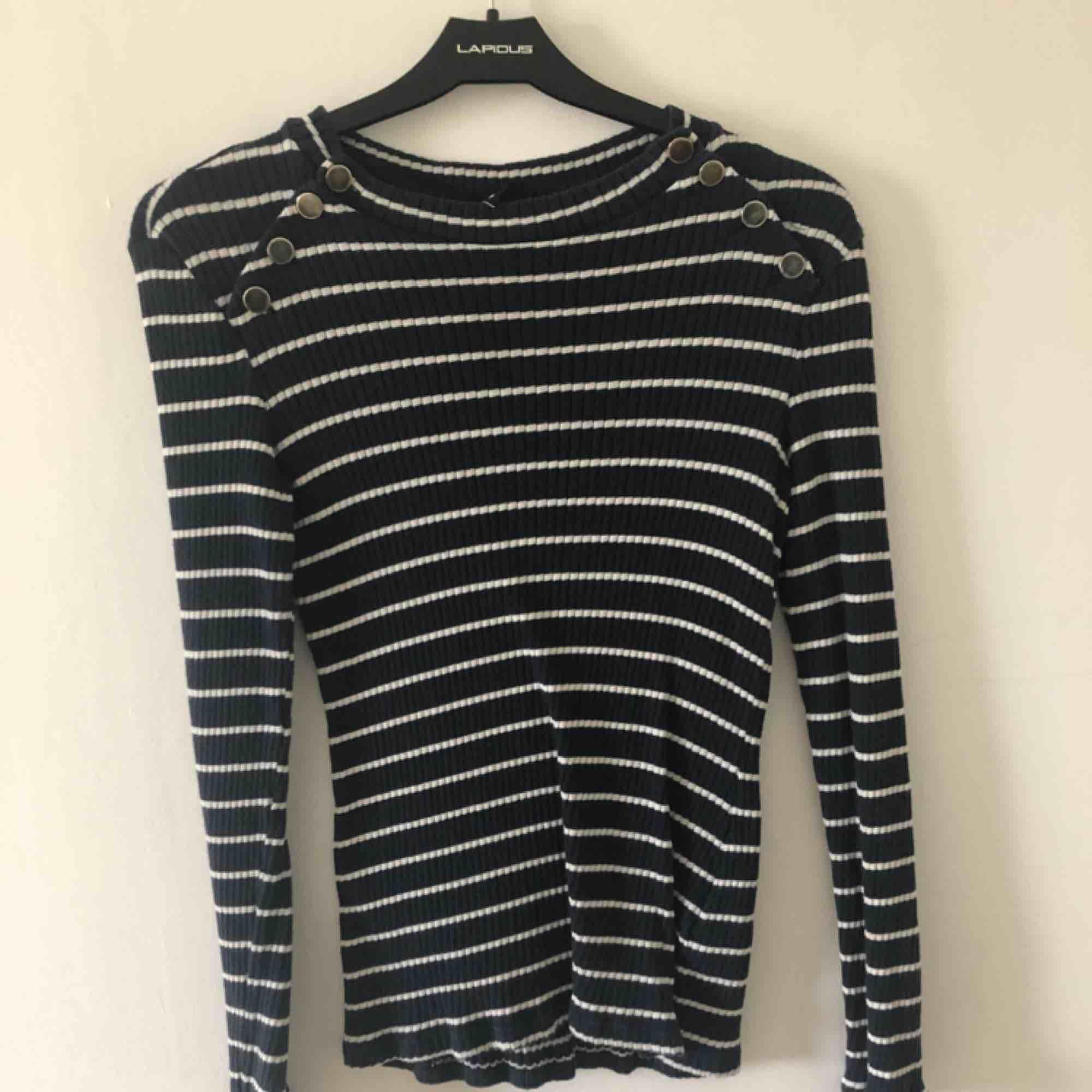 Superfin tröja från Gina tricot. Frakt tillkommer annars möts jag upp i Malmö/lund. Tröjor & Koftor.