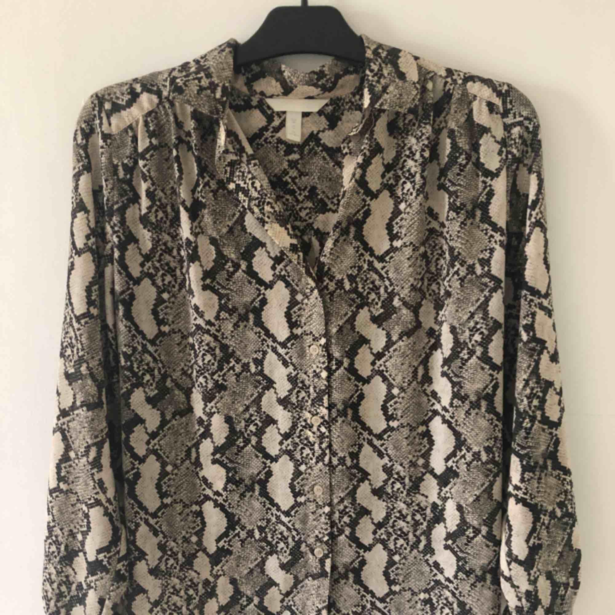 Oversized skjorta i snakeprint från h&m. Frakt tillkommer annars möts jag upp i Malmö/lund. Skjortor.