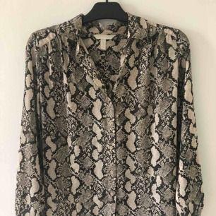 Oversized skjorta i snakeprint från h&m. Frakt tillkommer annars möts jag upp i Malmö/lund
