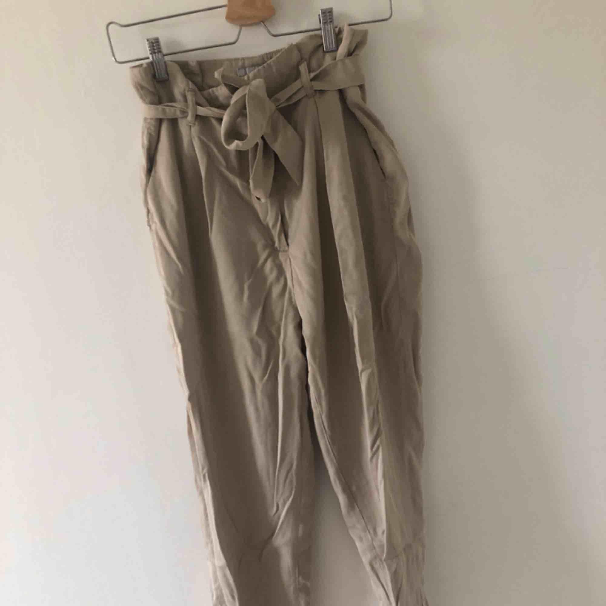 KostymByxor från hm i paperbagmodell. Frakt tillkommer annars möts jag upp i Malmö/lund. Jeans & Byxor.