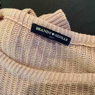 Stickad tröja från Brandy Melville, sparsamt använd men supermysig och skön!
