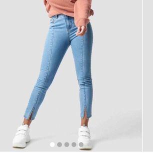 Nästintill helt nya jeans med slits från na-kd. Endast använda en gång. Köpare står för frakt Frakt: 54kr