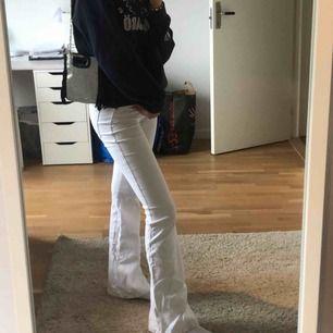 Ett par sjukt snygga vita bootcut-jeans från Dr.Denim, köpta i butiken Salt. Nypris 500kr och sparsamt använda då jag inte tycker att de passar mig tyvärr💕