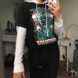 Vit hoodie som jag brukar använda under t-shirts!!