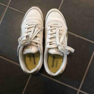 Säljer dessa coola skor från Reebok pga att de blivit för små. Använda ett fåtal gånger. Kommer självklart tvätta både skor o skosnören innan köp. Köparen står för frakt.