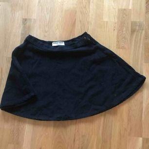 🌹VINTAGE AMERICAN APPAREL🌹 Mini kjolen alla hade, right! •svart mocka  •utsväng  •STRL: S   📍Kan överlämnas på Södermalm. Alt skickas men står inte för frakt 📍