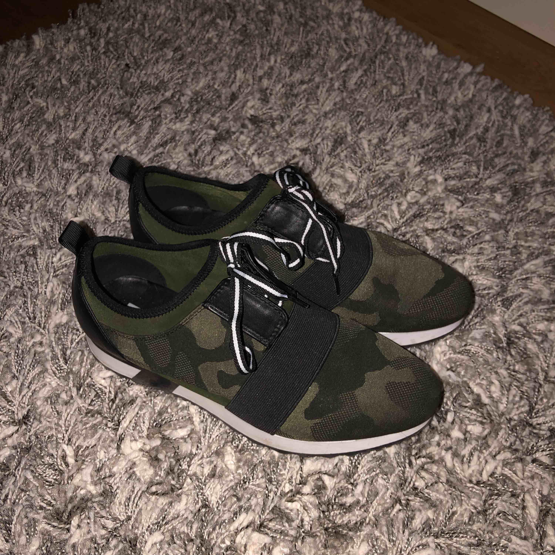 Säljer dessa Steve Madden skor! Köpte dom för 700kr! Använda 2 gånger o därmed mycket bra skick! . Skor.