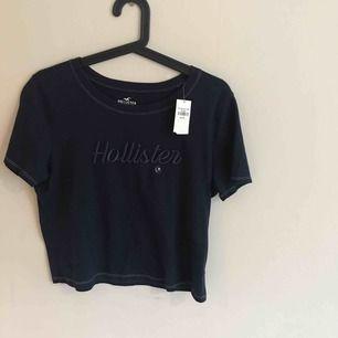 En helt ny Hollister t-tröja i storlek medium men passar small oxå, aldrig använd och prislappen sitter kvar