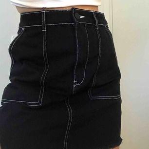 Säljer denna skit snygga kjol med stygn på ( frakten är ej inräknad )