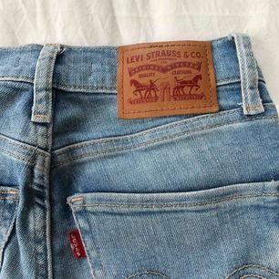 """Levis jeans """"Mile High Super Skinny"""" i gott skick. Högmidjade Inga slitningar eller missfärgningar Storlek """"24"""", passar dig med XS/S"""