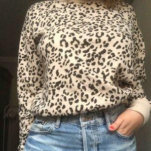 Fin leopardsweatshirt från hm. Köparen står för frakten
