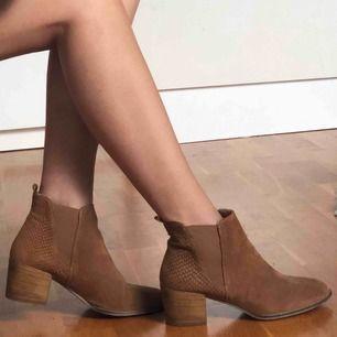 Tamaris boots använda 1 gång Material: suede Storlek: 39 Köpta för 849kr Frakt kan diskuteras