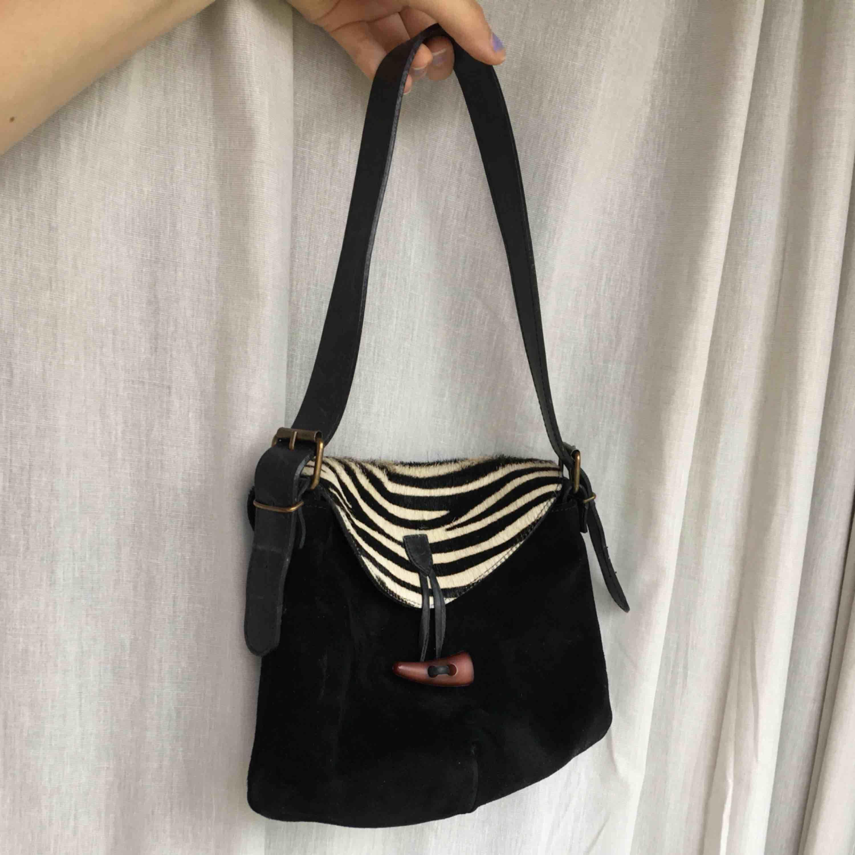 En 90tals axelväska med zebra mönster 💗💓💘 . Väskor.