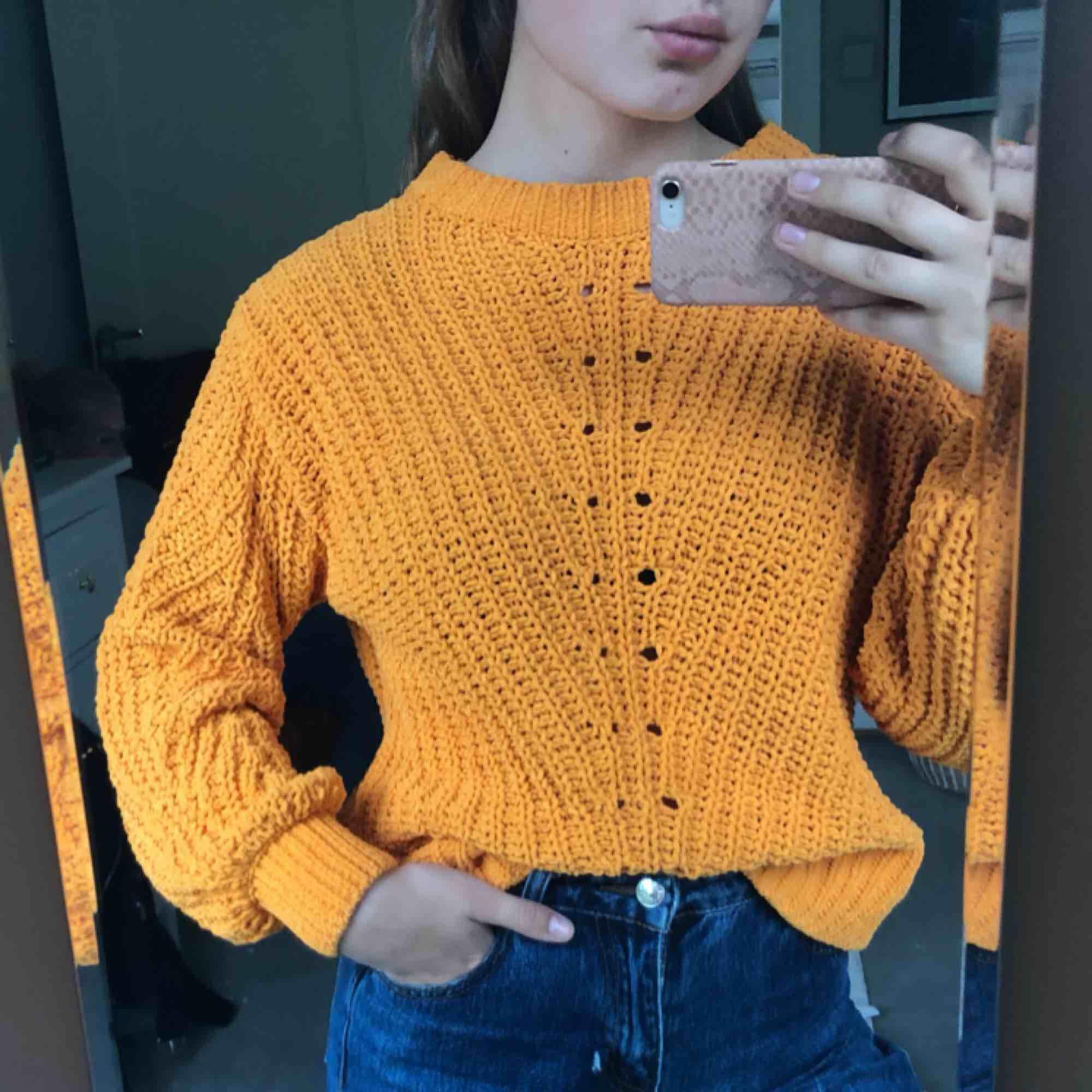 """Orange stickad tröja med """"ballong""""- ärmar. Strl. S  Kan hämtas i Uppsala eller skickas mot fraktkostnad🌟 . Stickat."""