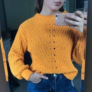 """Orange stickad tröja med """"ballong""""- ärmar. Strl. S  Kan hämtas i Uppsala eller skickas mot fraktkostnad🌟"""