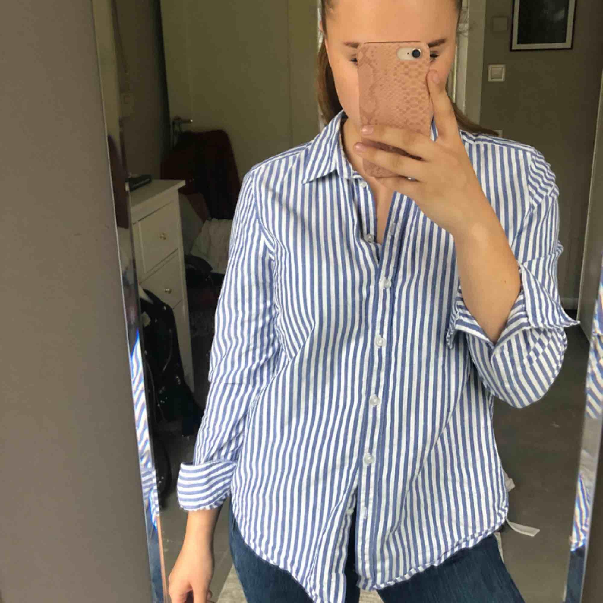 Vit/randig skjorta Strl. 38  Kan hämtas i uppsala eller skickas mot fraktkostnad🌟. Skjortor.