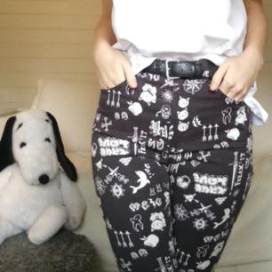 Världens finaste byxor med olika tryck i en helt vanlig slimfit modell. Säljer dessa älsklingar på grund av att dem tyvärr blivit för små. Dessa görs inte längre, men tror jag köpte dem för ca 300. SUPERBRA skick i övrigt, som nya! Ett kap helt enkelt :)