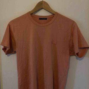 Jättesnygg rosa acne T-shirt, nypris:1100, bra skick, priset kan diskuteras
