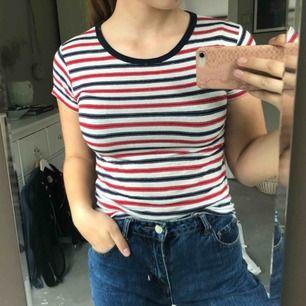 Vit, röd, blå randig t-shirt ifrån brandy Melville. One size men passar mig som har strl. S/M  Kan hämtas i uppsala eller skickas mot fraktkostnad🌟