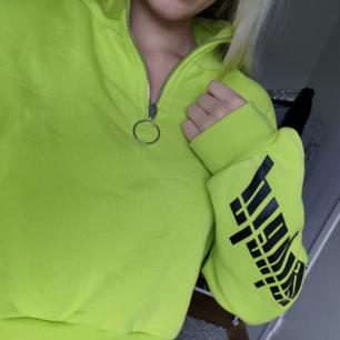 Säljer denna croppade neon tröja. Den har en dragkedja och polokrage och har en snygg passform. Använd en gång, därav priset. Köparen står för frakten.