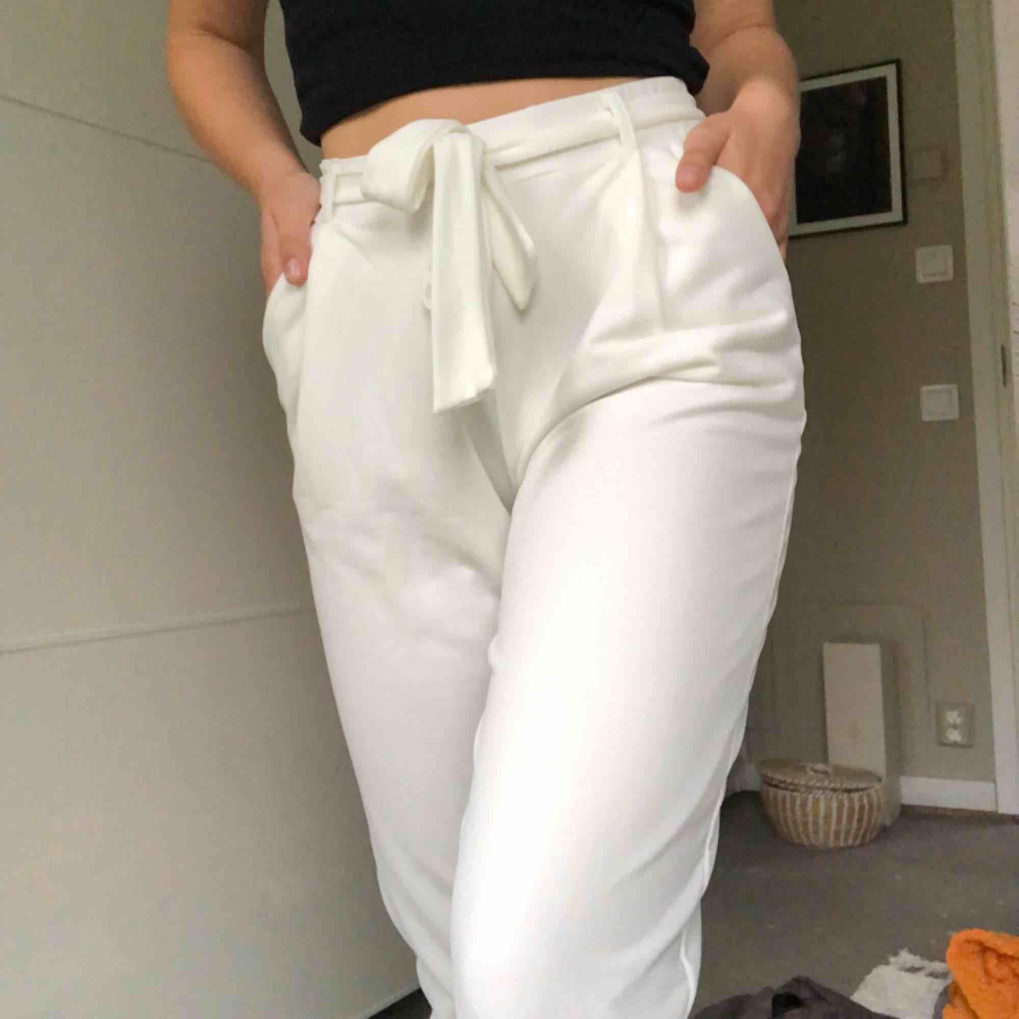 Vita kostymbyxor ifrån Nelly strl. S. Aldrig använda och väldigt sköna!  Kan hämtas i uppsala eller skickas mot fraktkostnad🌟 . Jeans & Byxor.