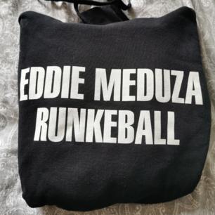 Säljer denna Eddie meduza hoodie i bra skick. Köparen står för frakten.