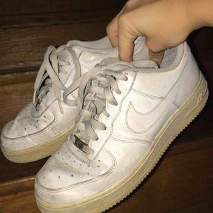snygga Nike airforce i använt skick  Pris går att diskutera :)