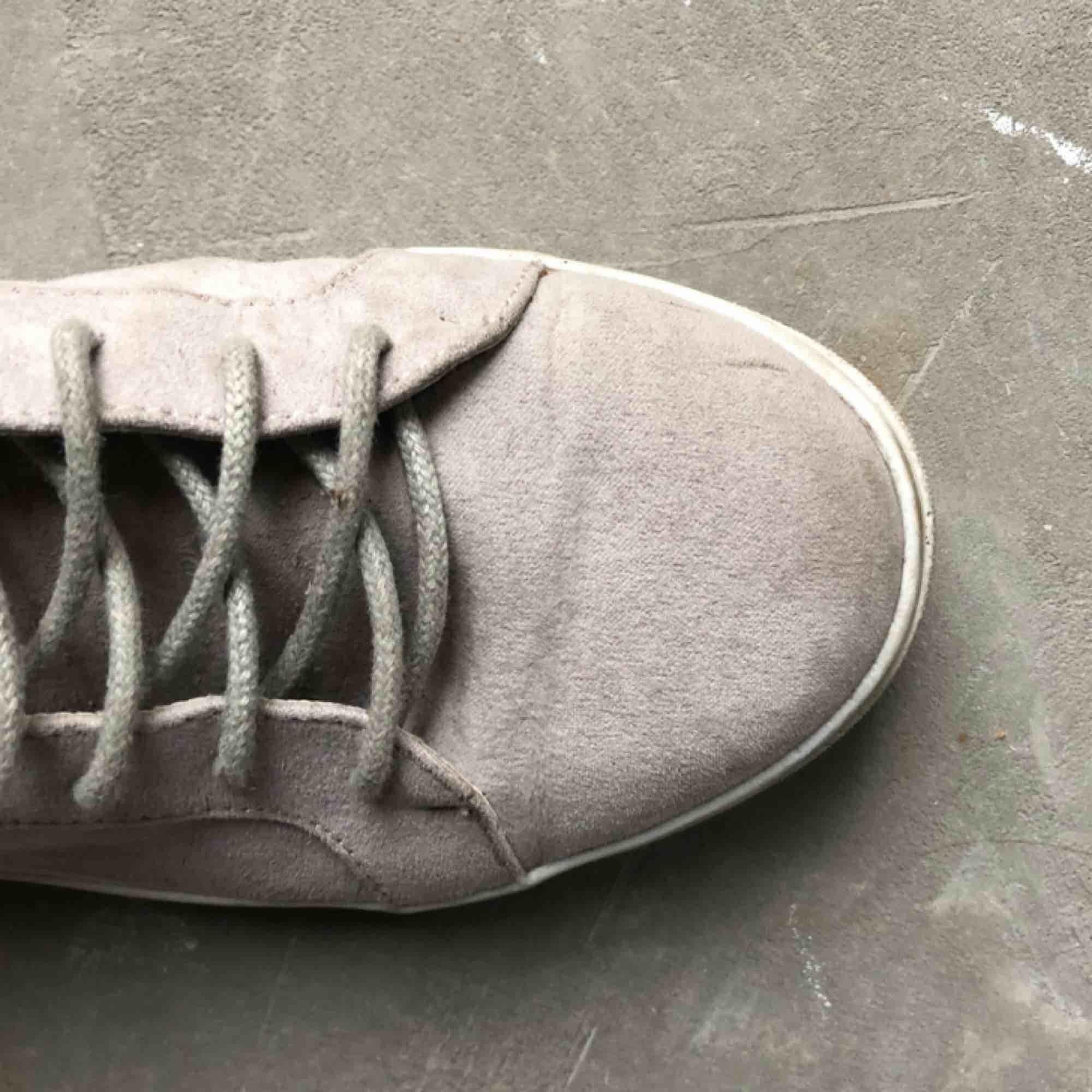 Rosa/grå skor ifrån Nelly strl. 37  Kan hämtas i uppsala eller skickas mot fraktkostnad🌟. Skor.