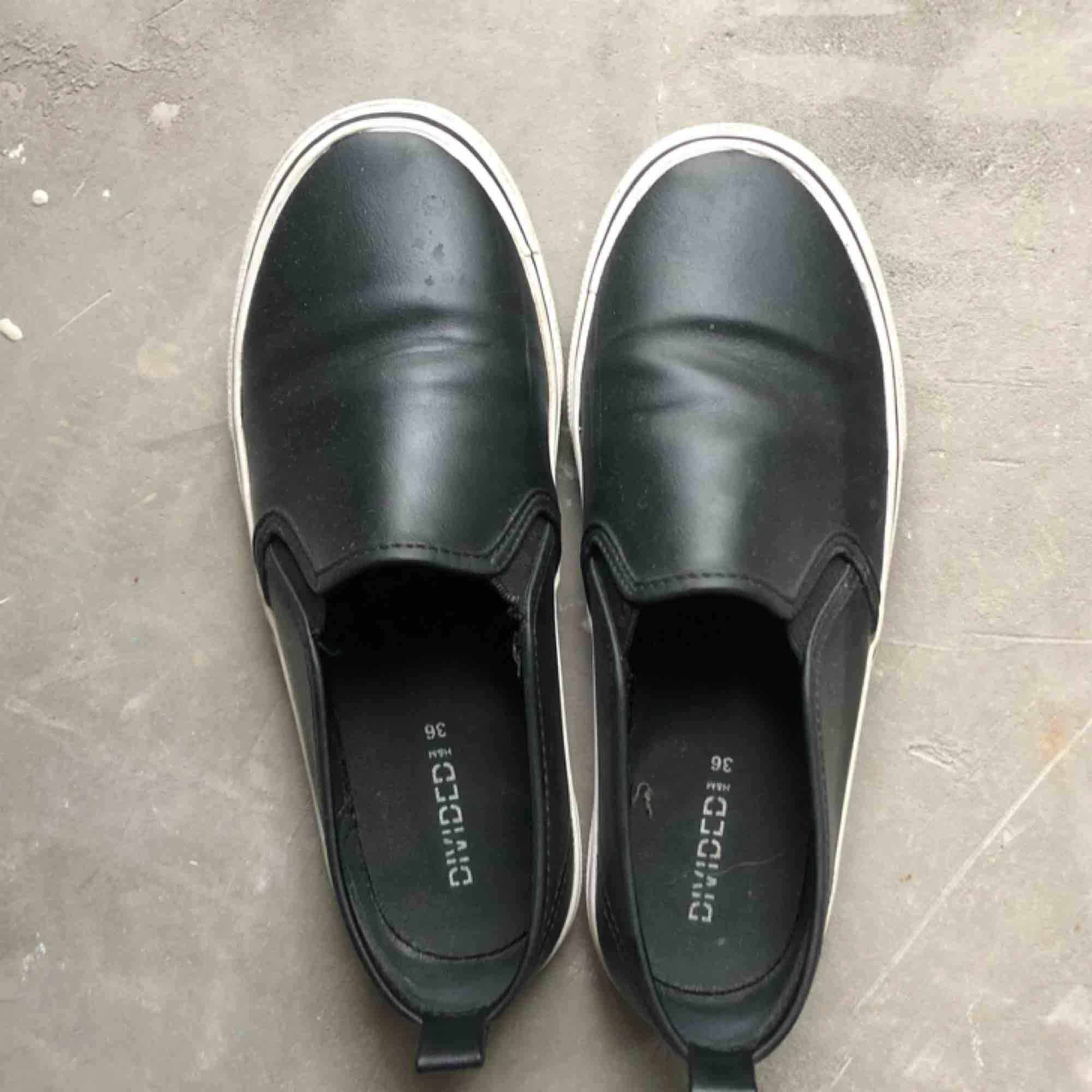 Svarta skor ifrån H&m strl. 36  Kan hämtas i uppsala eller skickas mot fraktkostnad🌟. Skor.