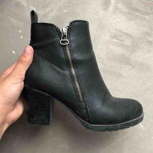 Svarta skor strl. 36  Kan hämtas i uppsala eller skickas mot fraktkostnad🌟