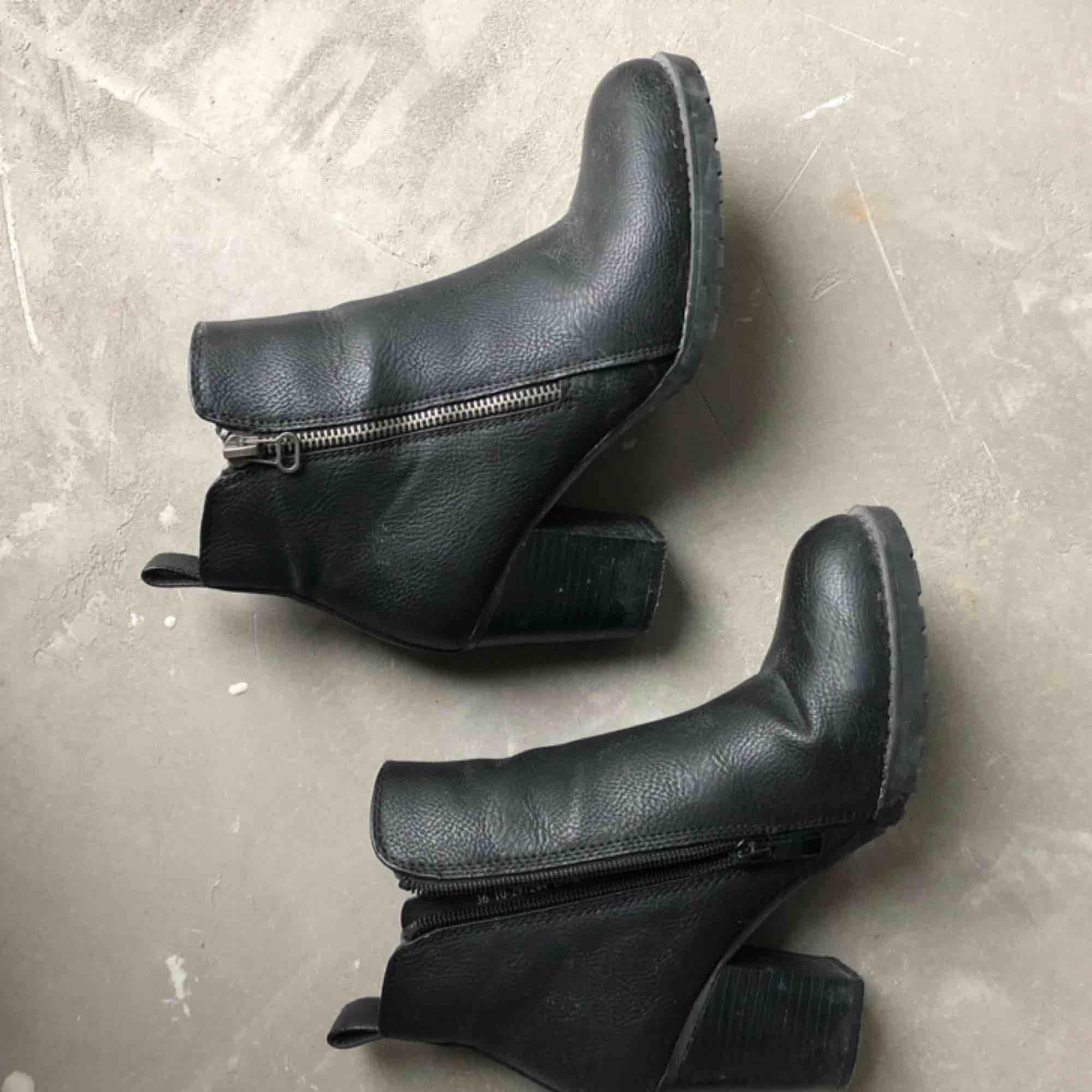 Svarta skor strl. 36  Kan hämtas i uppsala eller skickas mot fraktkostnad🌟. Skor.