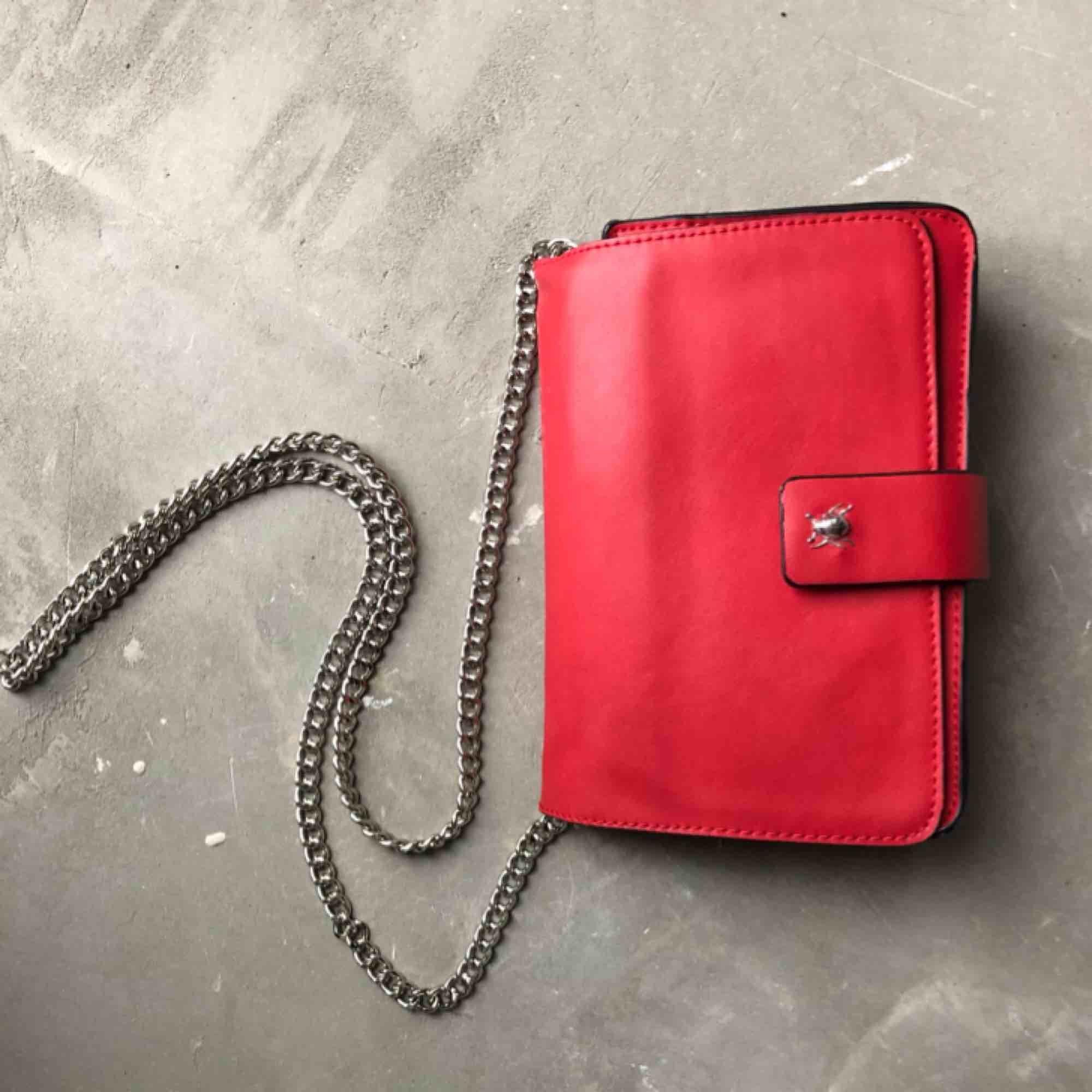 Röd väska med silverdetaljer.  Kan hämtas i uppsala eller skickas mot fraktkostnad🌟. Väskor.