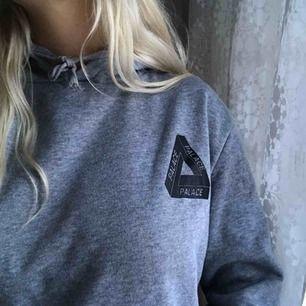(fake) Palace hoodie i storlek xs/s❣️Använd max fyra gånger! Väldigt mjuk och skön inuti. Frakt blir ca 80-90 kr.