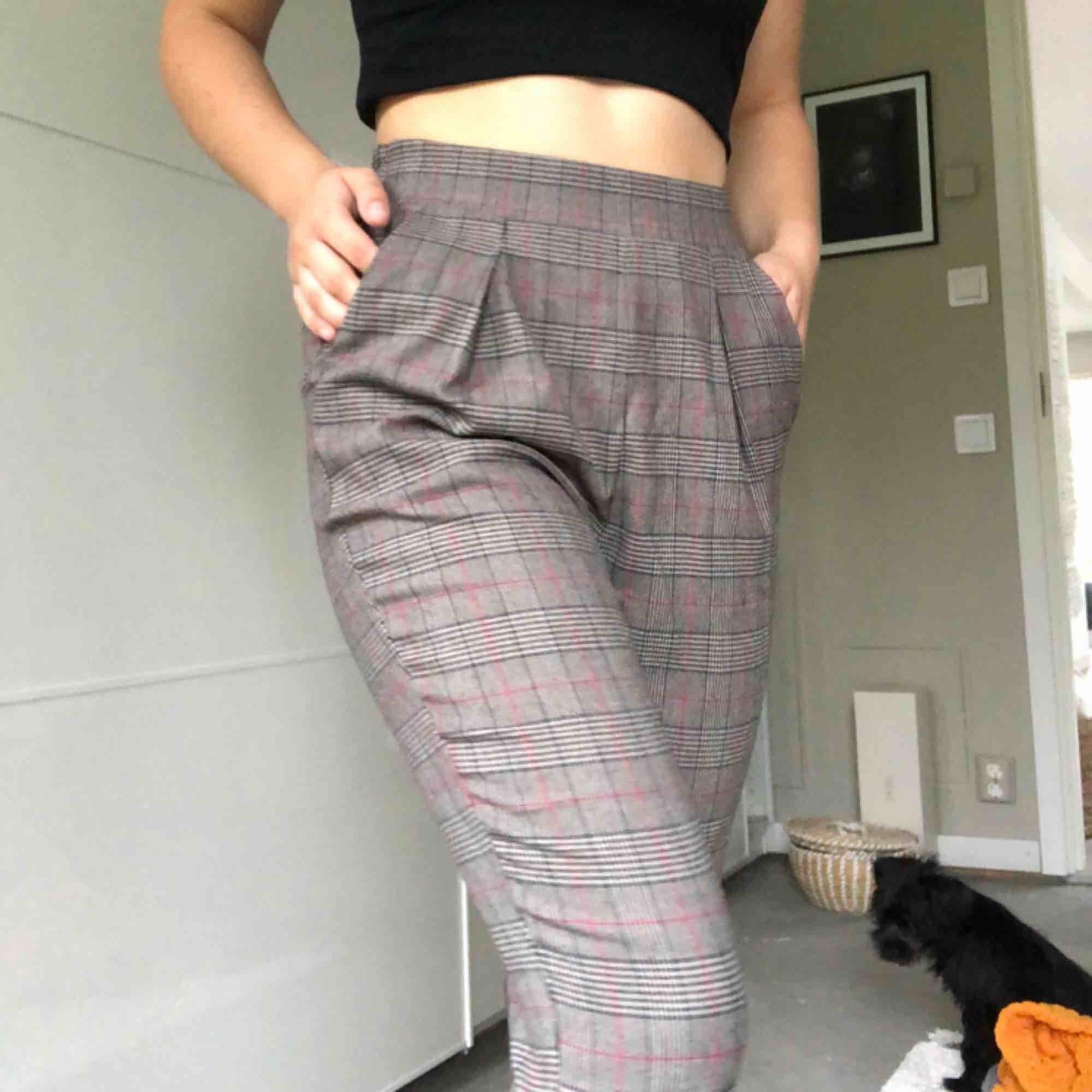 Rutiga kostymbyxor strl. XS men mer som S, väldigt stretchiga.  Kan hämtas i uppsala eller skickas mot fraktkostnad🌟. Jeans & Byxor.