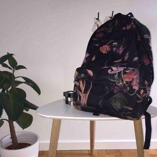 Säljer min välanvända VANS-rygga! Väldigt fin! Den har storleken av en vanlig ryggsäck och är i hyfsat bra skick. Jag fraktar gärna, men kan även mötas upp. Betalning sker enklast genom swish. Hör av er för frågor!💞