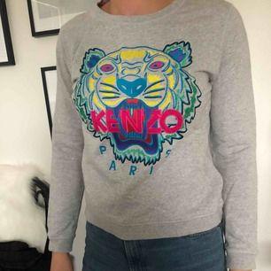Snygg sweatshirt från Kenzo, köptes på deras hemsida. Liten i storleken och kan ha krympt lite i tvätten, passar storlek S. Frakten ingår i priset.