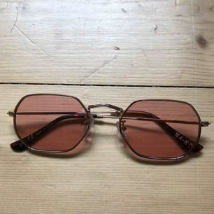 NA-KD Accessories Octagon Frame Sunglasses Size: One Size Color: Pink/Gold