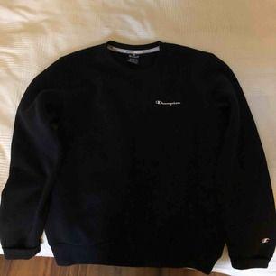 En helt ny aldrig använd svart champion tröja. Köpte för 500kr :)