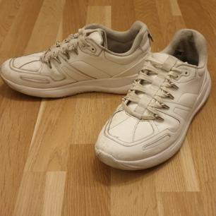 Björn borg storlek 42 400kr  Zara storlek 43 100kr  Björn borg skorna är knappt använda och är i mycket bra skick.   Zara skorna är mer nötta men funkar fint om du vill matcha skorna till en outfit.   Säljer skorna då jag vuxit ur de och dem inte passar längre.   Finns på Södermalm, kan möta upp och även skicka om du står för frakten.
