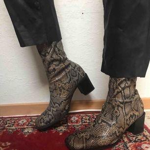 LIVETS snyggaste 🐍-sock boots med fyrkantig tå och högt skaft 😍 Storlek 40 men passar mig som har 39 med en extra sula i! Fint skick!!! 🌟
